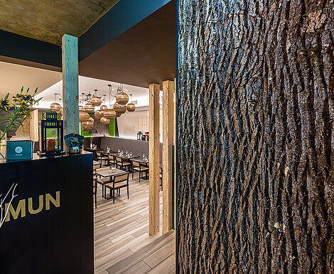 Sophisticated restaurant decor, real Bark House® poplar bark, wall panels, Mun restaurant, Munich, by Freund GmbH