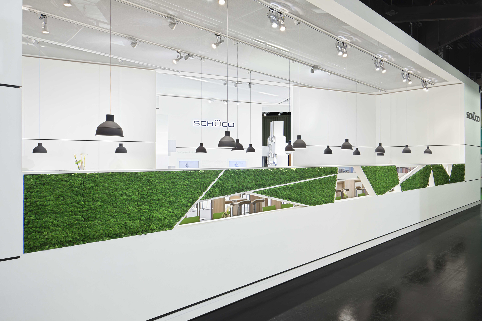 Moss surfaces in customer-specified shapes, Evergreen Standard moss, Schüco exhibition stand